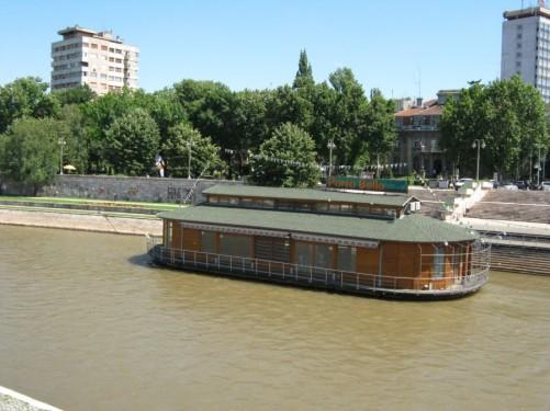 Café boat on the Nišava River.