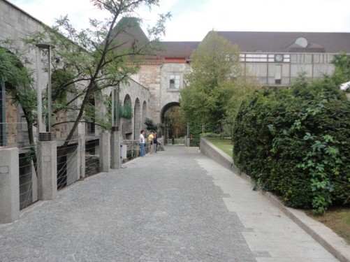 The castle's central courtyard. A hotchpotch of buildings dating from various periods. The part seen looking straight ahead dates from the 1960s.