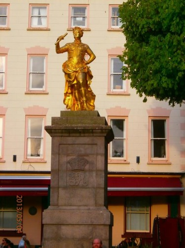 Royal Square with a gold gilded statue of King George II on a granite plinth. The statue was erected in 1751.