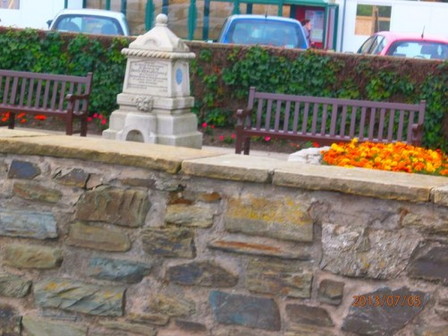 A long narrow public garden that runs parallel to the sea front promenade (Loch Promenade). In front is a memorial to David Kewley: an employee of the Isle of Man Steam Packet Company and a volunteer in the Lifeboat and Coastguard Services.