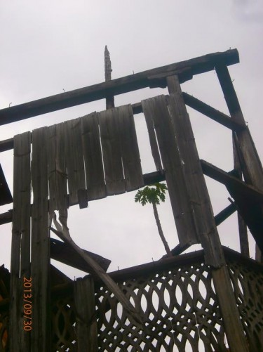 An old-looking wooden structure, perhaps some sort of platform, near the High Court of Justice. Possibly gallows?