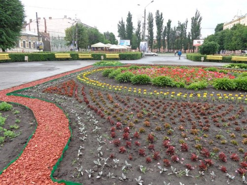 Soborna Square opposite the World War II memorial. A large flower bed in the centre.
