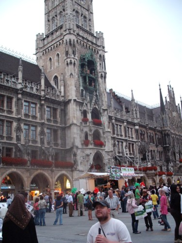 Tony in front of the tower of Neues Rathaus, Marienne Plaza, Munich, July 2009