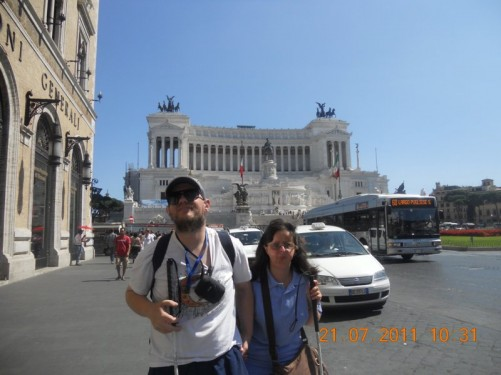Tony and Tatiana. Behind is the  Victor Emmanuel  II Monument (Il Vittoriano) in Piazza Venezia, central Rome.