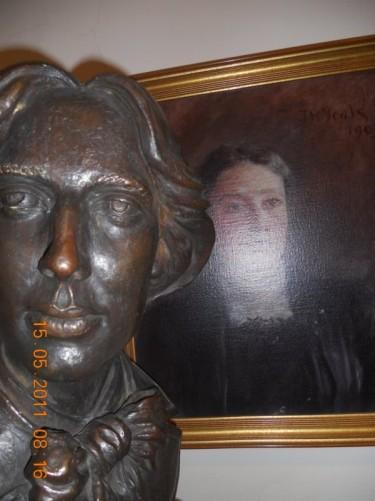 Bust of Oscar Wilde.