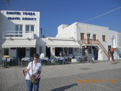 The square, Platea Naoussa, located near the sea.