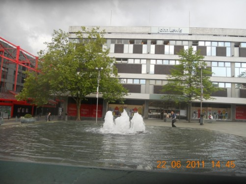 A fountain at Barker's Pool (square), in front of Sheffield City Hall.