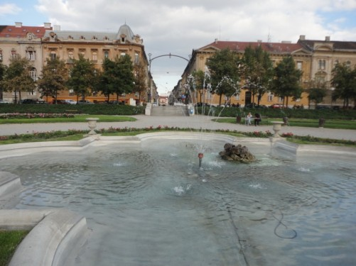 A fountain in the centre of Tomislava square/park.