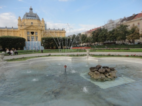 The fountain again, looking towards the yellow-coloured Art Pavilion, which was built in the early 20th century. It hosts regular exhibitions.