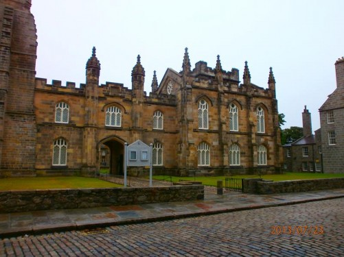Another part of the historic King's College building attached to the chapel alongside. Looking towards an entrance into the College Quadrangle.