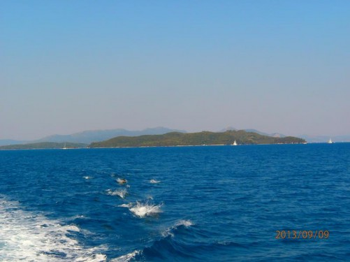 Leaving Nidri with the islands of Sparti and Skorpios in front and Meganisi rising up behind.