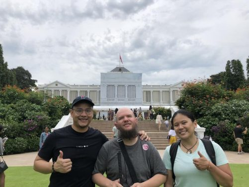 Tony with Juvena and Ken, both from Singapore, in the grounds of the Istana.