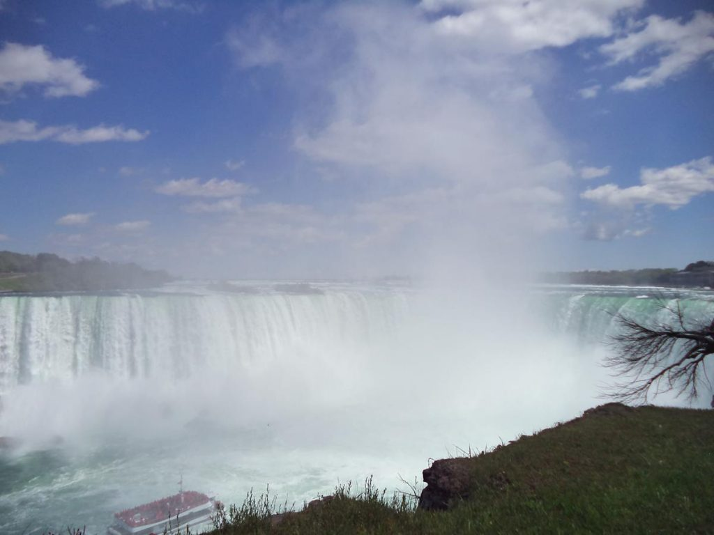 Again Horseshoe Falls. A tourist boat can be seen approaching near to the foot of the falls.