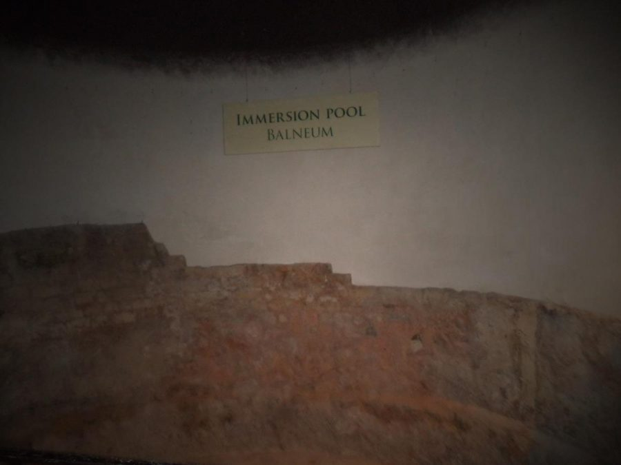 Part of a balneum or immersion pool. Formerly a smaller pool adjoining the Great Bath. The sign in the photo says 'Immersion pool / balneum'.