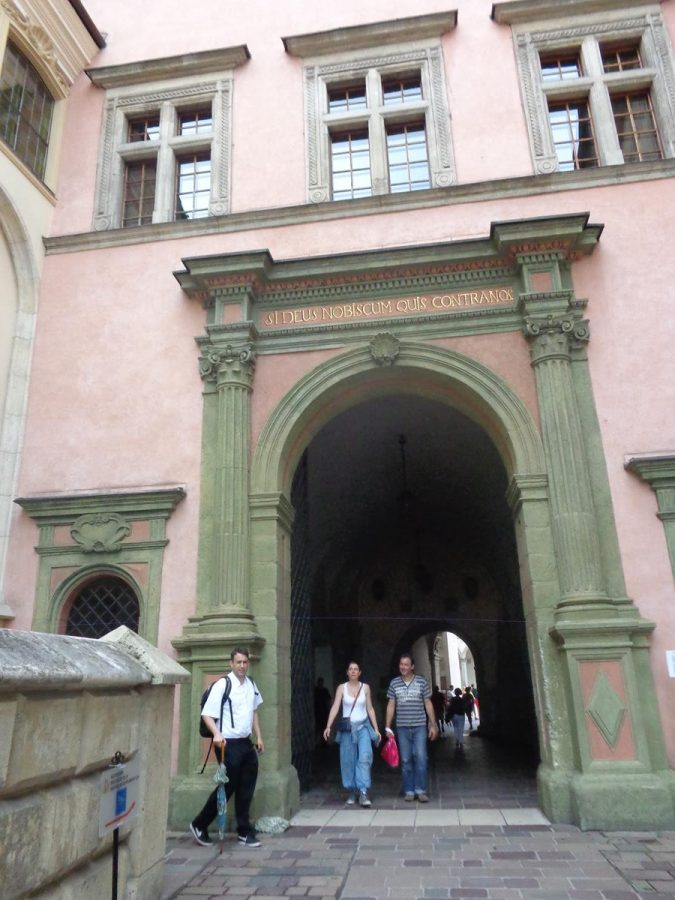 Arched neoclassical gateway leading through the palace buildings, decorated with imitation Ionic columns.